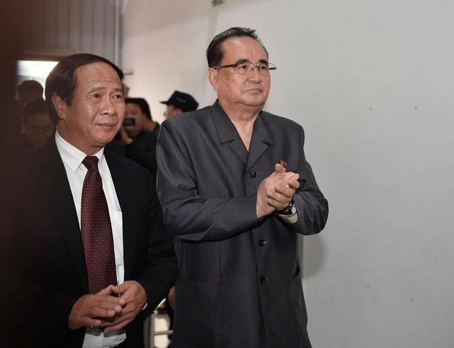 [ẢNH] Trợ lý kinh tế thân cận nhất của ông Kim Jong Un cười rạng rỡ khi đến thăm nhà máy Vinfast - Ảnh 1.
