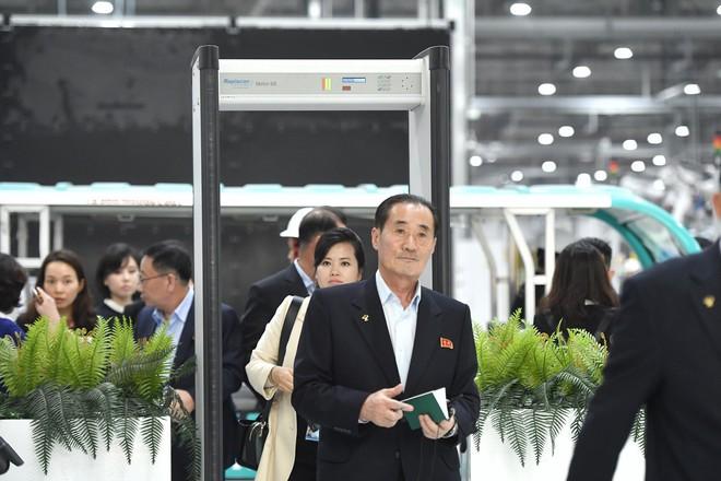 [ẢNH] Trợ lý kinh tế thân cận nhất của ông Kim Jong Un cười rạng rỡ khi đến thăm nhà máy Vinfast - Ảnh 10.