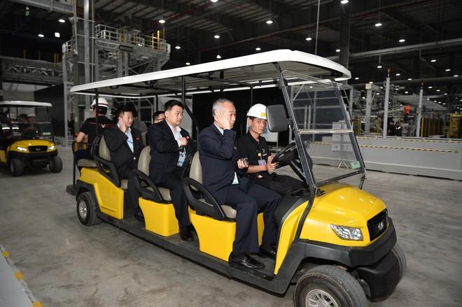 [ẢNH] Trợ lý kinh tế thân cận nhất của ông Kim Jong Un cười rạng rỡ khi đến thăm nhà máy Vinfast - Ảnh 7.
