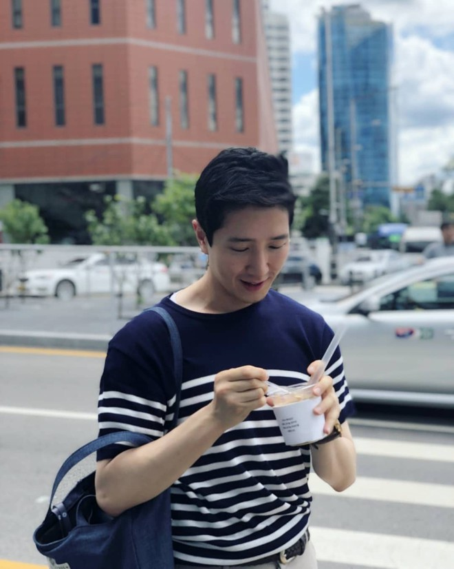 Nam PV Hàn Quốc hào hứng khoe được lên báo Việt Nam sau 1 khoảnh khắc gây sốt trên phố Hà Nội - Ảnh 5.