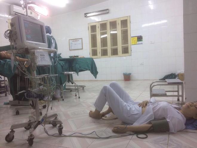 Đăng ảnh mẹ ngất trên sàn bệnh viện, cô gái tiết lộ chuyện ít biết về các bác sĩ khoa sản - Ảnh 1.