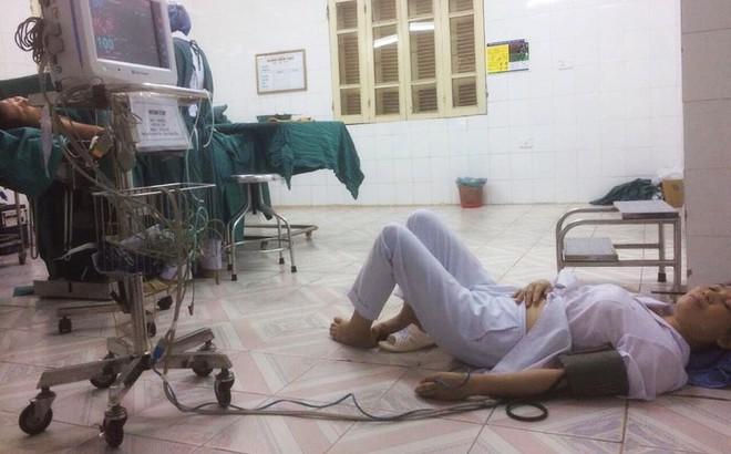 Đăng ảnh mẹ ngất trên sàn bệnh viện, cô gái tiết lộ chuyện ít biết về các bác sĩ khoa sản