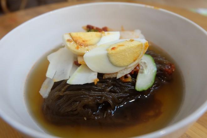 Bí ẩn nhà hàng do người Triều Tiên phục vụ ở Hà Nội - Ảnh 3.