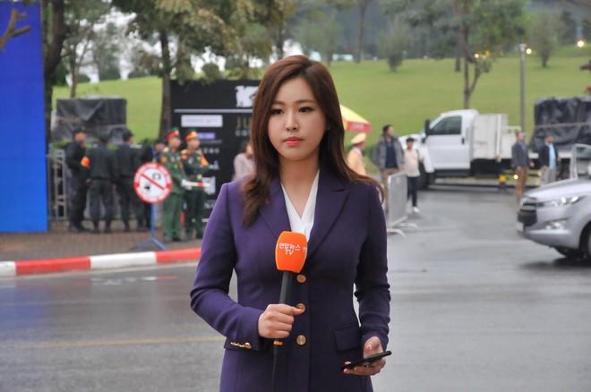 Nụ cười của nữ PV Hàn Quốc gây ấn tượng khi tác nghiệp trước khách sạn JW Marriott Hà Nội - Ảnh 1.