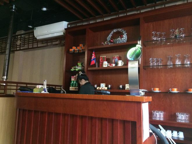 Bí ẩn nhà hàng do người Triều Tiên phục vụ ở Hà Nội - Ảnh 4.