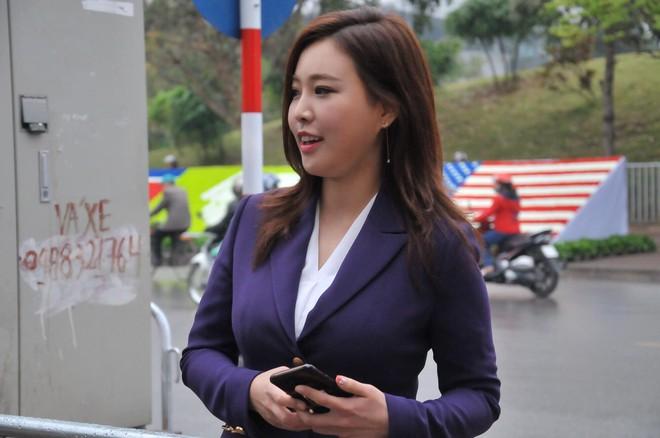 Nụ cười của nữ PV Hàn Quốc gây ấn tượng khi tác nghiệp trước khách sạn JW Marriott Hà Nội - Ảnh 2.