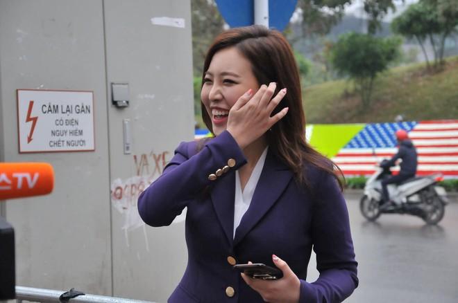 Nụ cười của nữ PV Hàn Quốc gây ấn tượng khi tác nghiệp trước khách sạn JW Marriott Hà Nội - Ảnh 4.