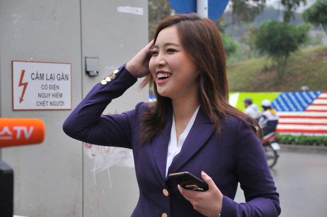 Nụ cười của nữ PV Hàn Quốc gây ấn tượng khi tác nghiệp trước khách sạn JW Marriott Hà Nội - Ảnh 6.
