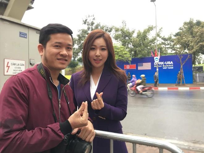 Nụ cười của nữ PV Hàn Quốc gây ấn tượng khi tác nghiệp trước khách sạn JW Marriott Hà Nội - Ảnh 3.