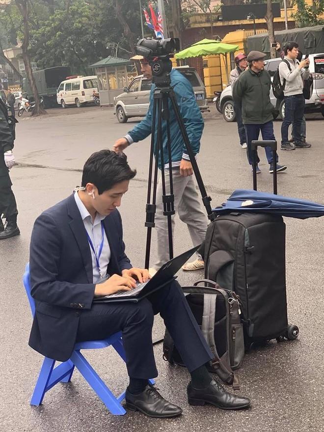 Nam PV Hàn Quốc hào hứng khoe được lên báo Việt Nam sau 1 khoảnh khắc gây sốt trên phố Hà Nội - Ảnh 1.