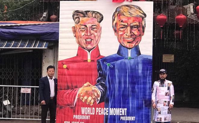 """Người dân mang tranh """"khủng"""" tới khách sạn  Marriott mong tặng Tổng thống Donald Trump"""
