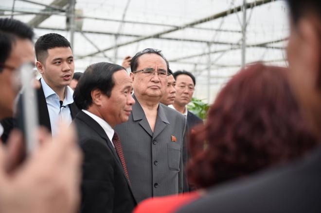 [ẢNH] Trợ lý kinh tế thân cận nhất của ông Kim Jong Un cười rạng rỡ khi đến thăm nhà máy Vinfast - Ảnh 2.