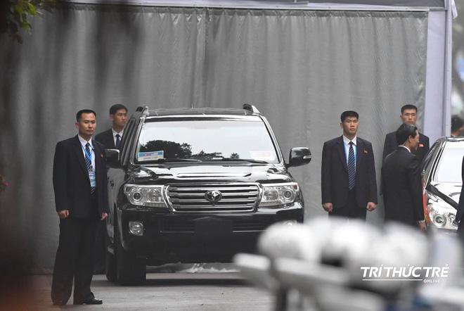 [ẢNH] Đội siêu cận vệ không cảm xúc đứng canh gác tại cửa rạp bí mật của ông Kim Jong Un - Ảnh 6.