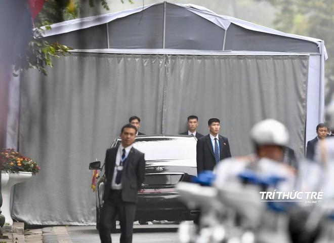 [ẢNH] Đội siêu cận vệ không cảm xúc đứng canh gác tại cửa rạp bí mật của ông Kim Jong Un - Ảnh 1.