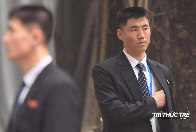 [ẢNH] Đội siêu cận vệ không cảm xúc đứng canh gác tại cửa rạp bí mật của ông Kim Jong Un - Ảnh 8.