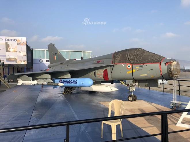 Ấn Độ gây choáng cho Trung Quốc khi tích hợp tên lửa BrahMos-NG lên tiêm kích LCA - Ảnh 2.