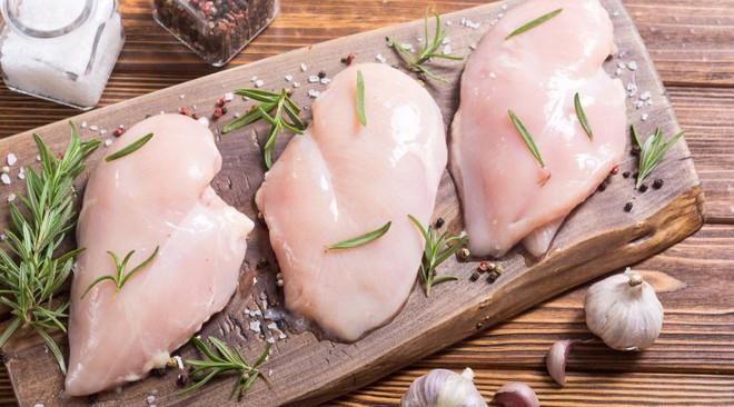 Người bị u xơ, u nang nên ăn các loại thịt trắng như thịt gà, cá...