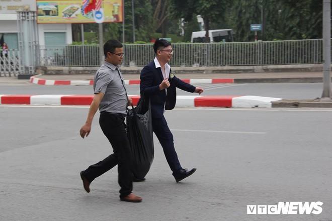 Đường bị cấm phục vụ hội nghị thượng đỉnh, cô dâu xách váy chạy bộ để kịp giờ làm lễ cưới - Ảnh 6.