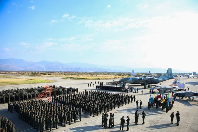 Quân đội Venezuela khoe cơ bắp trong tình hình nóng - Ảnh 4.