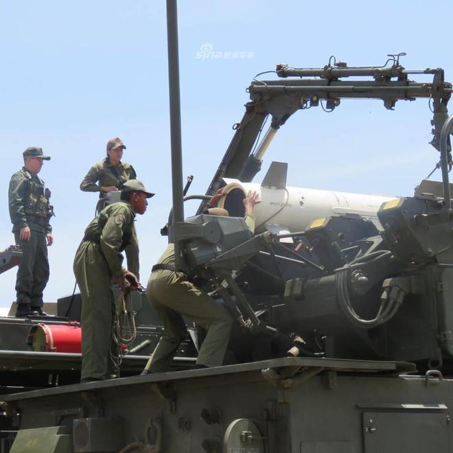 Quân đội Venezuela khoe cơ bắp trong tình hình nóng - Ảnh 5.