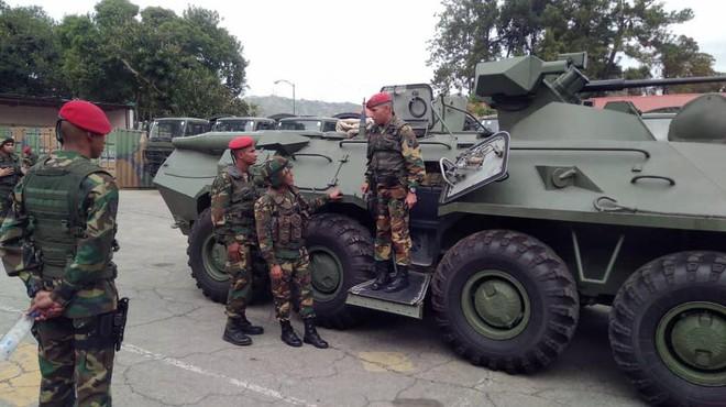 Quân đội Venezuela khoe cơ bắp trong tình hình nóng - Ảnh 10.