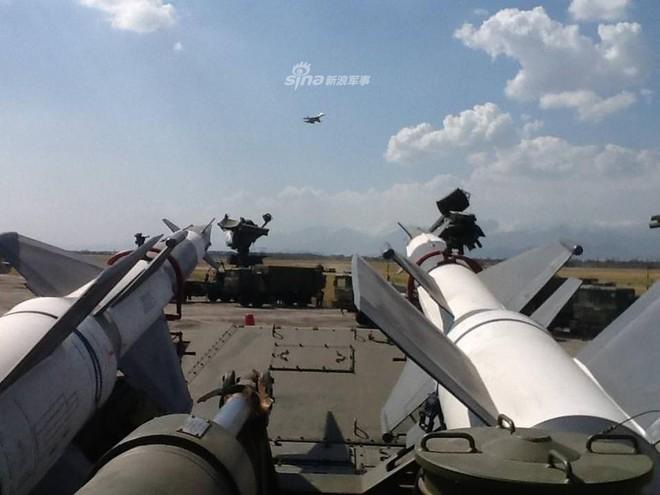 Quân đội Venezuela khoe cơ bắp trong tình hình nóng - Ảnh 6.