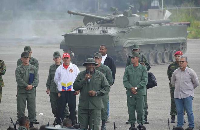 Quân đội Venezuela khoe cơ bắp trong tình hình nóng - Ảnh 9.