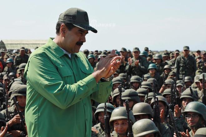 Quân đội Venezuela khoe cơ bắp trong tình hình nóng - Ảnh 1.