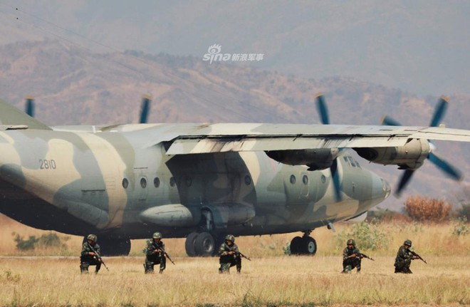 Quân đội Venezuela khoe cơ bắp trong tình hình nóng - Ảnh 3.