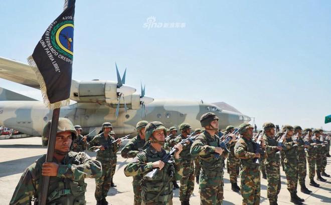 """Quân đội Venezuela """"khoe cơ bắp"""" trong tình hình nóng"""