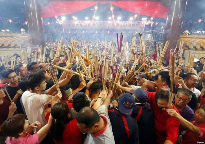 24h qua ảnh: Người Singapore chen nhau thắp hương vào dịp Tết Nguyên Đán - Ảnh 3.