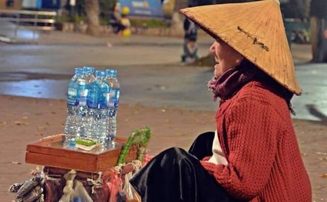 Cụ già bán hàng rong trên con phố vắng đêm giao thừa khiến ai ngang qua cũng lặng người