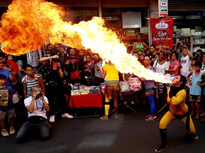 24h qua ảnh: Người Singapore chen nhau thắp hương vào dịp Tết Nguyên Đán - Ảnh 1.
