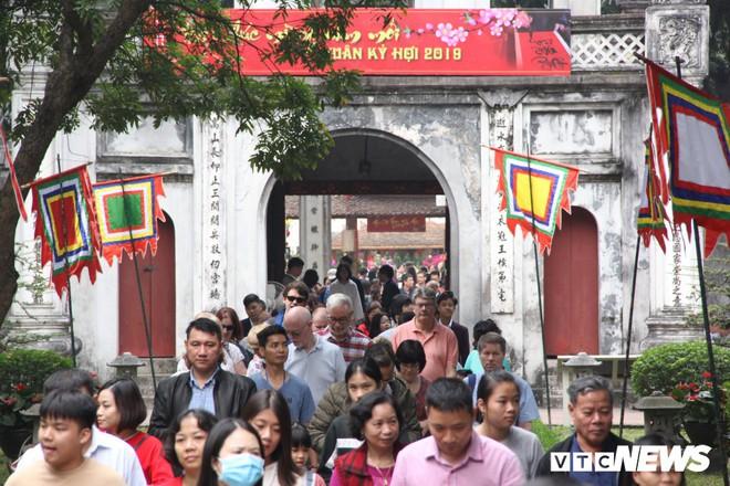 Ảnh: Hàng nghìn người đổ về Văn Miếu, xếp hàng dài xin chữ ngày đầu năm - Ảnh 1.