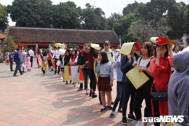 Ảnh: Hàng nghìn người đổ về Văn Miếu, xếp hàng dài xin chữ ngày đầu năm - Ảnh 13.