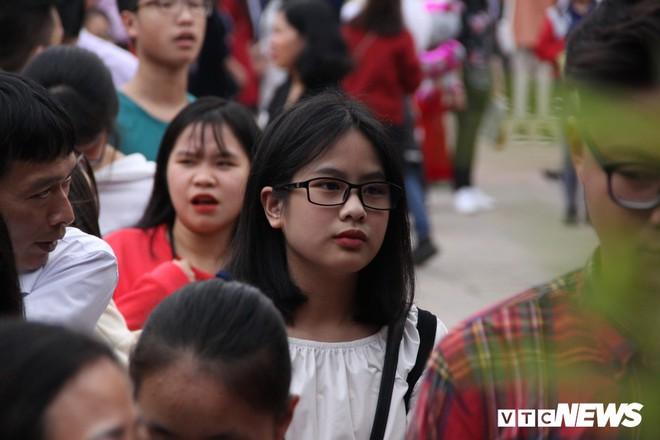 Ảnh: Hàng nghìn người đổ về Văn Miếu, xếp hàng dài xin chữ ngày đầu năm - Ảnh 8.