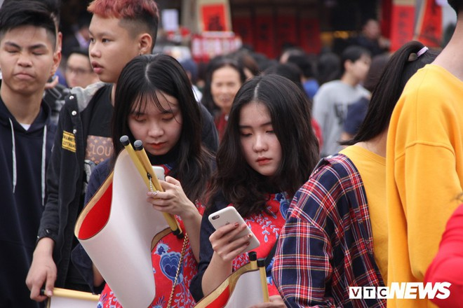 Ảnh: Hàng nghìn người đổ về Văn Miếu, xếp hàng dài xin chữ ngày đầu năm - Ảnh 9.