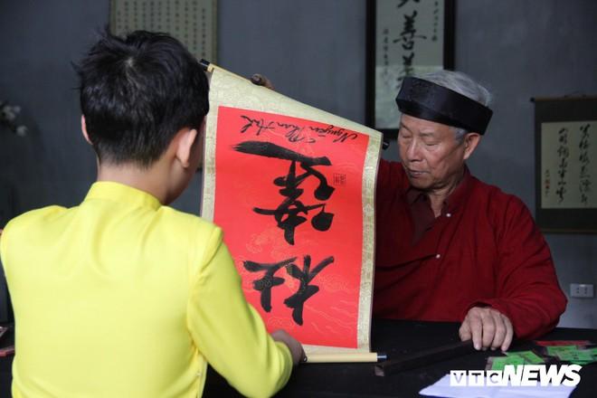 Ảnh: Hàng nghìn người đổ về Văn Miếu, xếp hàng dài xin chữ ngày đầu năm - Ảnh 10.