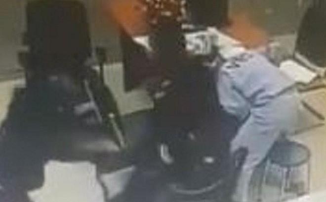 NÓNG: 2 thanh niên nghi dùng súng khống chế nhân viên cướp tiền tại trạm thu phí ở Đồng Nai