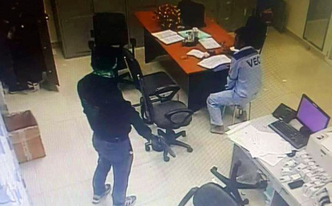 Vụ cướp trạm thu phí mùng 3 Tết: Tên cướp rất táo bạo, kê dao và súng vào cổ nhân viên
