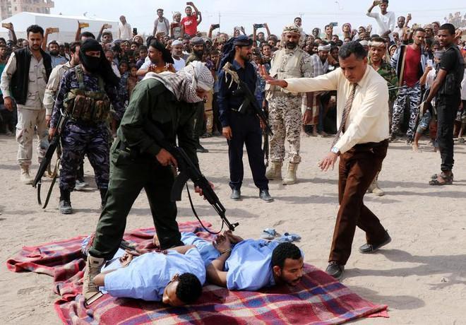 24h qua ảnh: Cảnh sát xử tử hai phạm nhân hiếp dâm bé trai ở Yemen - Ảnh 3.