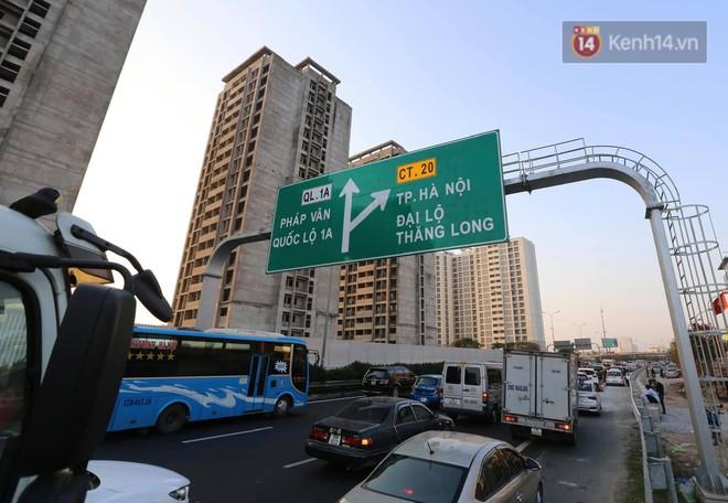 Pháp Vân - Cầu Giẽ ùn tắc dài, nhân viên trạm thu phí phải mở đường cho xe cứu thương thoát ra đường tránh - Ảnh 2.