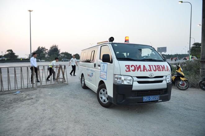 Pháp Vân - Cầu Giẽ ùn tắc dài, nhân viên trạm thu phí phải mở đường cho xe cứu thương thoát ra đường tránh - Ảnh 5.