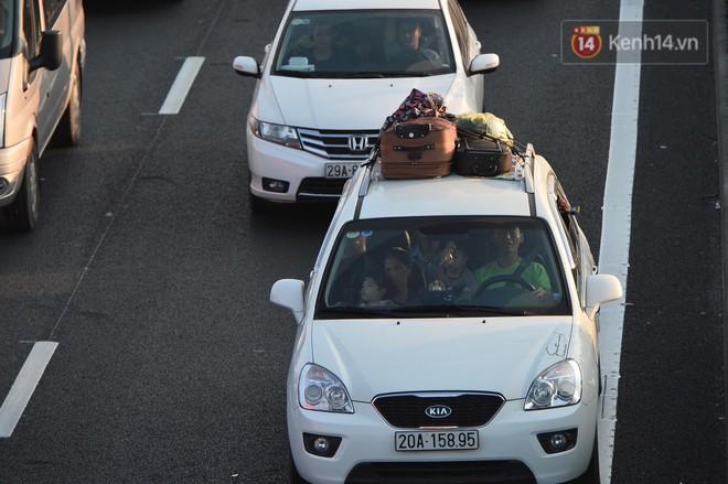 Pháp Vân - Cầu Giẽ ùn tắc dài, nhân viên trạm thu phí phải mở đường cho xe cứu thương thoát ra đường tránh - Ảnh 6.
