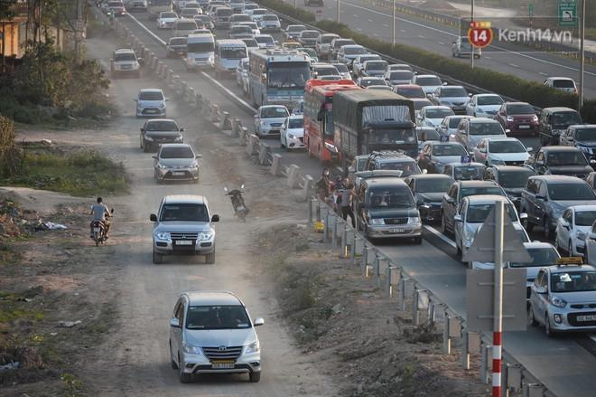 Pháp Vân - Cầu Giẽ ùn tắc dài, nhân viên trạm thu phí phải mở đường cho xe cứu thương thoát ra đường tránh - Ảnh 7.