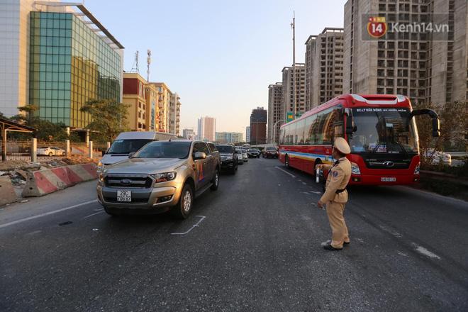 Pháp Vân - Cầu Giẽ ùn tắc dài, nhân viên trạm thu phí phải mở đường cho xe cứu thương thoát ra đường tránh - Ảnh 8.