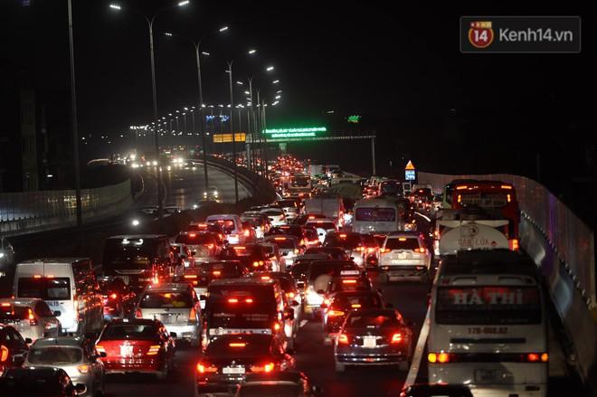 Pháp Vân - Cầu Giẽ ùn tắc dài, nhân viên trạm thu phí phải mở đường cho xe cứu thương thoát ra đường tránh - Ảnh 9.