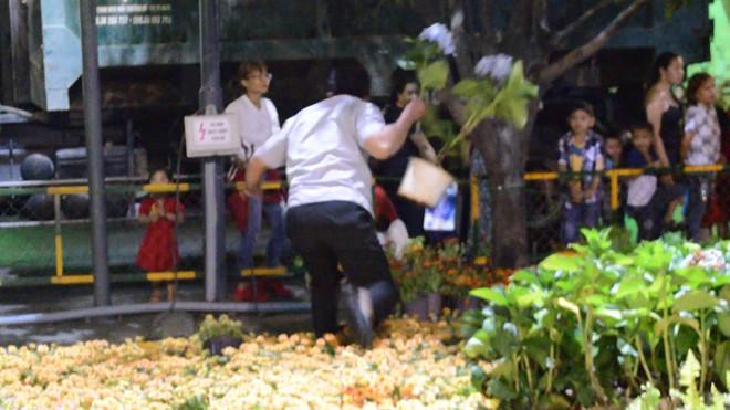 Dọn dẹp đường hoa Nguyễn Huệ, nhiều người vượt rào, tranh giành hoa - Ảnh 5.
