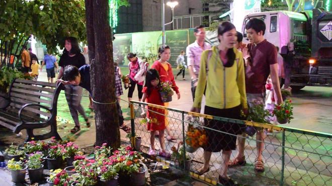 Dọn dẹp đường hoa Nguyễn Huệ, nhiều người vượt rào, tranh giành hoa - Ảnh 8.