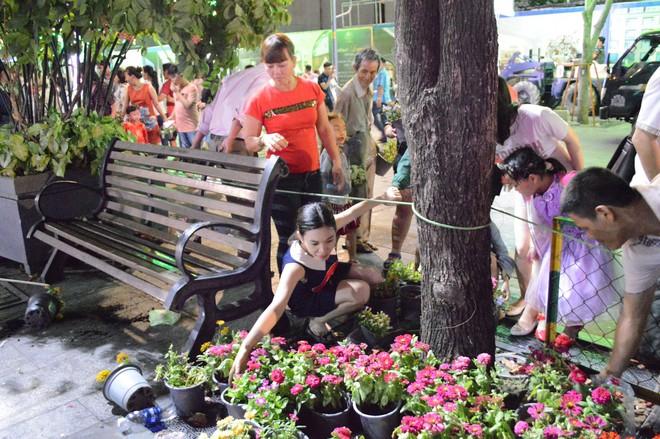 Dọn dẹp đường hoa Nguyễn Huệ, nhiều người vượt rào, tranh giành hoa - Ảnh 2.